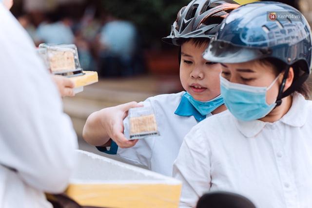 Ảnh, clip: Gặp cô Tây xinh đẹp bán bánh kem dạo mưu sinh trên đường phố Sài Gòn - Ảnh 10.