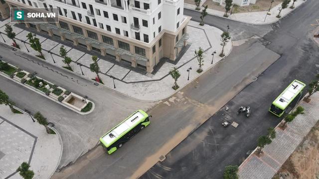 Xe buýt điện VinBus chính thức lăn bánh: Người dân hào hứng đi thử - Ảnh 10.