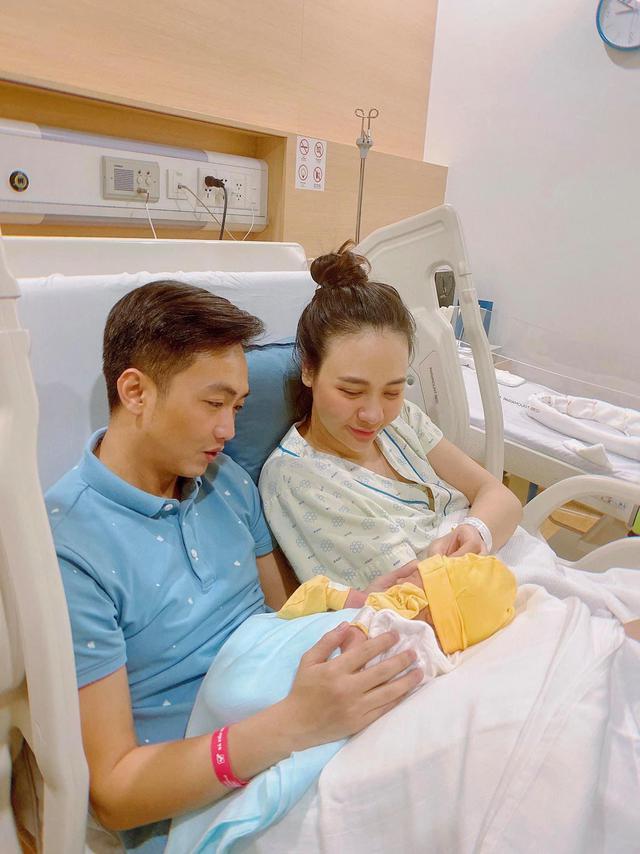 """Cuộc sống """"bỉm sữa"""" của Cường Đô La và Đàm Thu Trang: Từ tay chơi """"siêu xe"""" có tiếng đến ông bố """"quần đùi, áo phông"""" chăm con thay vợ - Ảnh 1."""