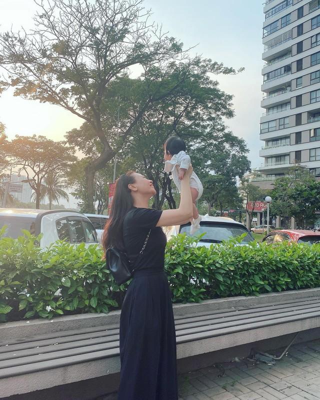 """Cuộc sống """"bỉm sữa"""" của Cường Đô La và Đàm Thu Trang: Từ tay chơi """"siêu xe"""" có tiếng đến ông bố """"quần đùi, áo phông"""" chăm con thay vợ - Ảnh 15."""