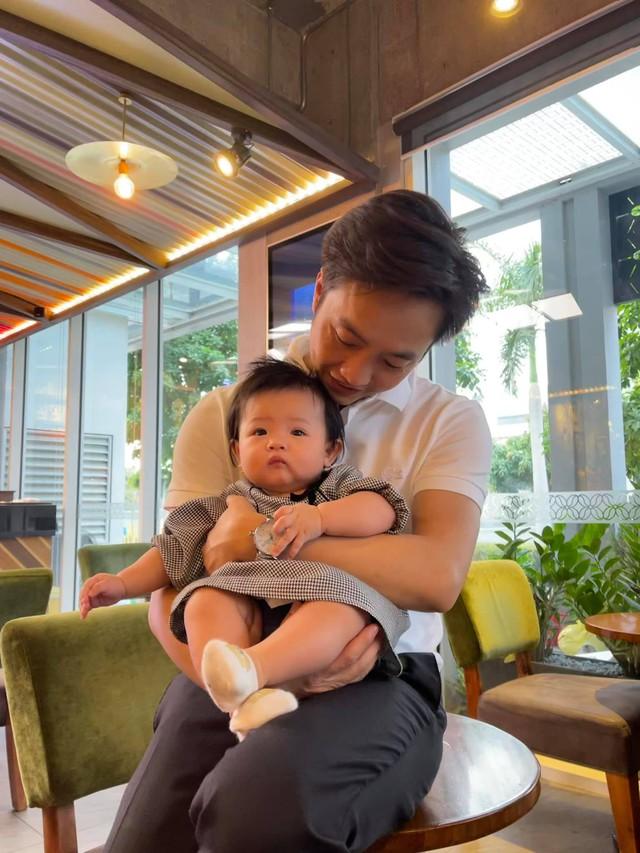 """Cuộc sống """"bỉm sữa"""" của Cường Đô La và Đàm Thu Trang: Từ tay chơi """"siêu xe"""" có tiếng đến ông bố """"quần đùi, áo phông"""" chăm con thay vợ - Ảnh 3."""