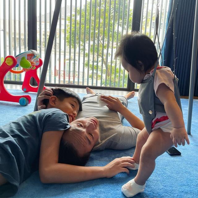 """Cuộc sống """"bỉm sữa"""" của Cường Đô La và Đàm Thu Trang: Từ tay chơi """"siêu xe"""" có tiếng đến ông bố """"quần đùi, áo phông"""" chăm con thay vợ - Ảnh 5."""
