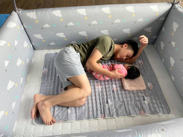 """Cuộc sống """"bỉm sữa"""" của Cường Đô La và Đàm Thu Trang: Từ tay chơi """"siêu xe"""" có tiếng đến ông bố """"quần đùi, áo phông"""" chăm con thay vợ - Ảnh 7."""