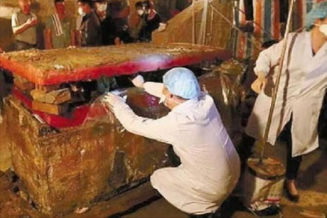 Chiếc quan tài màu đỏ được tìm thấy ở Nội Mông: Hé lộ thân phận đặc biệt của thi thể được quấn 11 lớp quần áo - Ảnh 3.