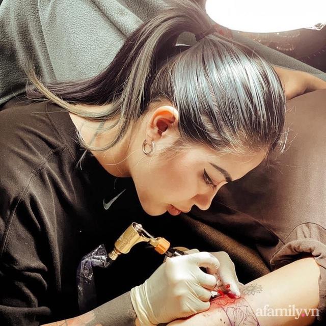 Phù thủy 9x: Người biến vết sẹo mổ đẻ, bụng rạn tung tóe của chị em sau sinh thành tác phẩm nghệ thuật - Ảnh 2.
