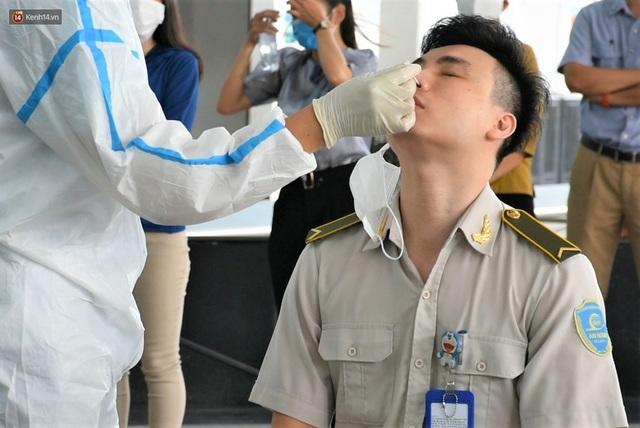 Ảnh: Nhiều F0 đi qua sân bay, Đà Nẵng xét nghiệm Covid-19 cho 2.000 cán bộ, nhân viên - Ảnh 2.