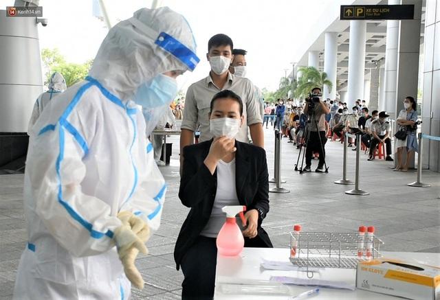 Ảnh: Nhiều F0 đi qua sân bay, Đà Nẵng xét nghiệm Covid-19 cho 2.000 cán bộ, nhân viên - Ảnh 4.