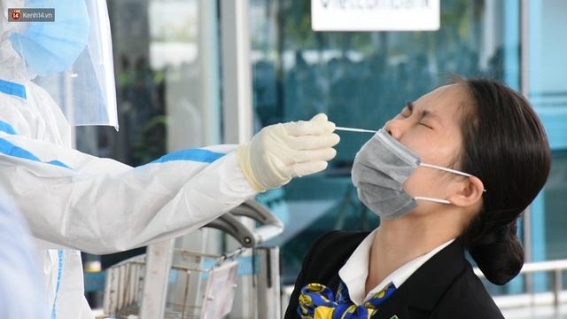 Ảnh: Nhiều F0 đi qua sân bay, Đà Nẵng xét nghiệm Covid-19 cho 2.000 cán bộ, nhân viên - Ảnh 5.