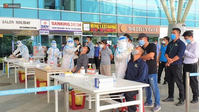 Ảnh: Nhiều F0 đi qua sân bay, Đà Nẵng xét nghiệm Covid-19 cho 2.000 cán bộ, nhân viên - Ảnh 9.