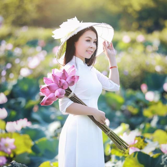 Mê mẩn hương hoa, mẹ đảm Hà Nội kỳ công đặt mua loài sen Đế Vương tận xứ Huế và tiết lộ bí kíp chơi hoa bền đẹp - Ảnh 1.