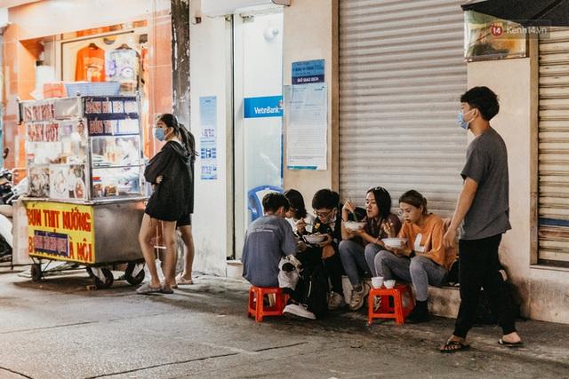5 điểm tụ tập nổi tiếng của giới trẻ Sài Gòn giờ ra sao giữa mùa dịch: Nơi vắng lặng hơn hẳn, chỗ vẫn tấp nập như thường - Ảnh 13.