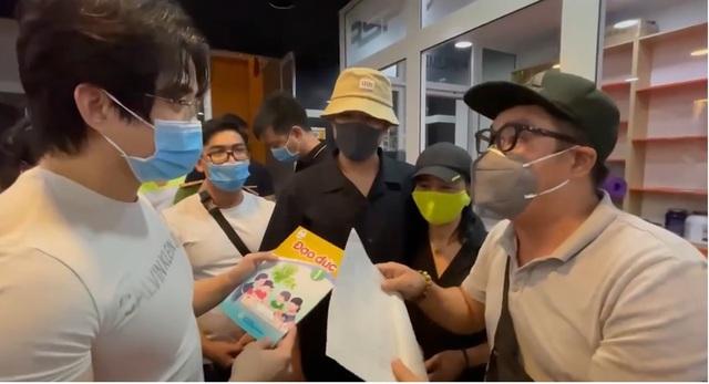 """Dằn mặt dàn nghệ sĩ, bà Phương Hằng xin lại sách Giáo dục công dân và Đạo đức mà CEO kiêm Gymer có tiếng từng được tặng để """"trao lại cho con trai Hoài Linh - Ảnh 4."""