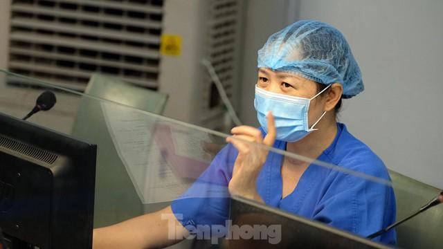 Thâm nhập khu vực cách ly đặc biệt của BV Thanh Nhàn sau khi xuất hiện ca mắc COVID-19 - Ảnh 2.