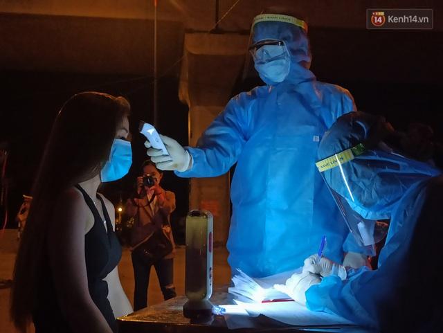 Trắng đêm ở chốt trạm phòng dịch Covid-19 tại các cửa ngõ TP.HCM - Ảnh 11.