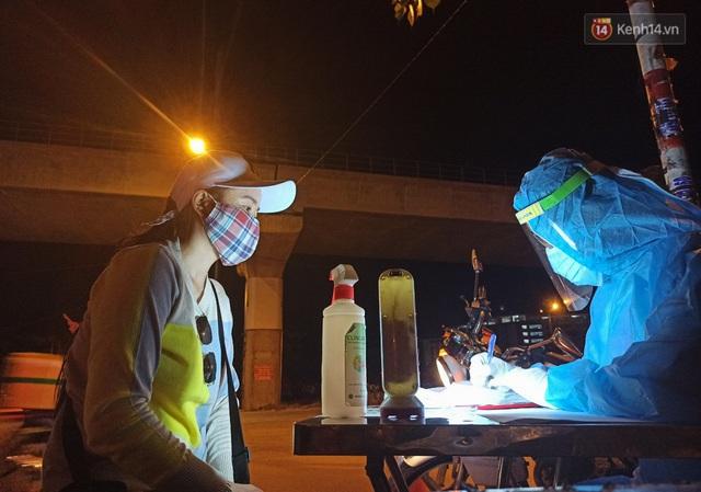 Trắng đêm ở chốt trạm phòng dịch Covid-19 tại các cửa ngõ TP.HCM - Ảnh 12.