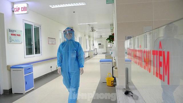 Thâm nhập khu vực cách ly đặc biệt của BV Thanh Nhàn sau khi xuất hiện ca mắc COVID-19 - Ảnh 13.