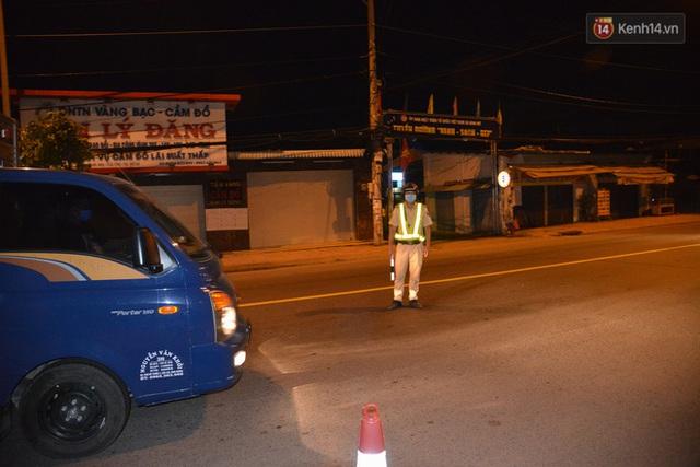 Trắng đêm ở chốt trạm phòng dịch Covid-19 tại các cửa ngõ TP.HCM - Ảnh 6.