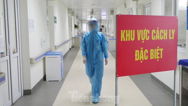 Thâm nhập khu vực cách ly đặc biệt của BV Thanh Nhàn sau khi xuất hiện ca mắc COVID-19 - Ảnh 6.