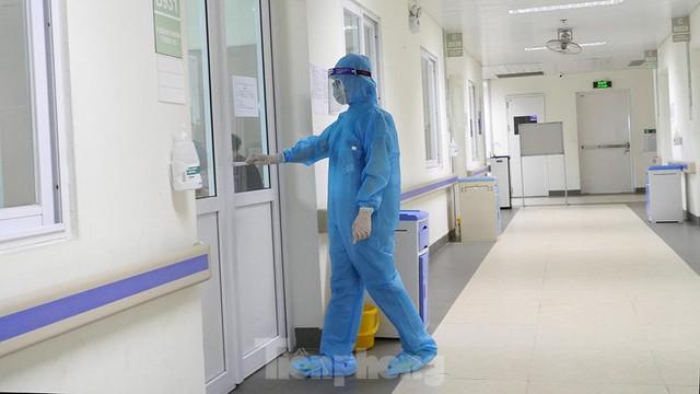 Thâm nhập khu vực cách ly đặc biệt của BV Thanh Nhàn sau khi xuất hiện ca mắc COVID-19 - Ảnh 7.