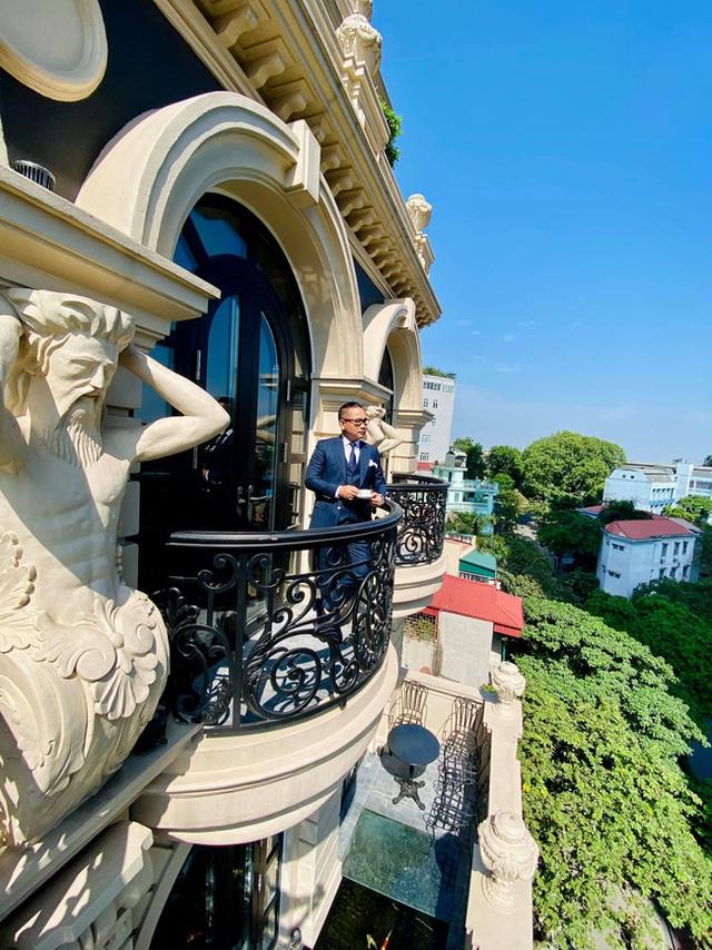 Biệt thự phố cổ Hà Nội của đại gia thời trang Chương Tailor: Xây bể cá Koi 5 tỷ ở ban công, dành nguyên tầng điều hòa nuôi chim đột biến - Ảnh 2.