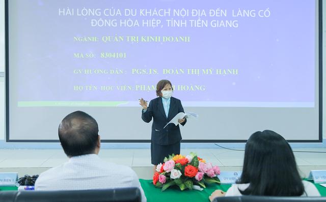 Vượt 200km/ngày, sau 4 năm học, cụ bà 70 tuổi ở Tiền Giang đã bảo vệ thành công luận văn thạc sĩ - Ảnh 1.