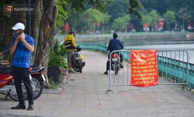Ảnh: Bất chấp quy định, hàng trăm người dân vẫn vượt rào tập thể dục, chụp ảnh ở hồ Tây - Ảnh 1.