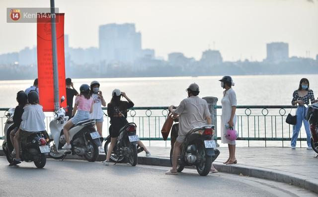 Ảnh: Bất chấp quy định, hàng trăm người dân vẫn vượt rào tập thể dục, chụp ảnh ở hồ Tây - Ảnh 2.