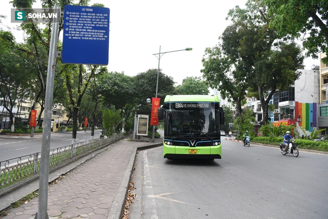 VinBus bất ngờ xuống phố, ngày đi xe buýt điện chính thức không còn xa? - Ảnh 1.