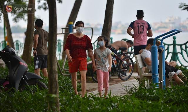 Ảnh: Bất chấp quy định, hàng trăm người dân vẫn vượt rào tập thể dục, chụp ảnh ở hồ Tây - Ảnh 14.