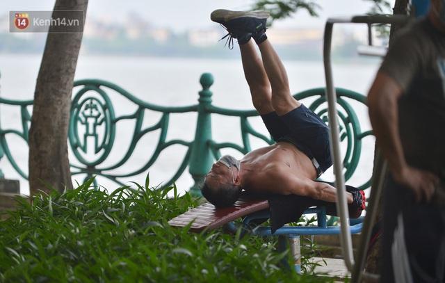 Ảnh: Bất chấp quy định, hàng trăm người dân vẫn vượt rào tập thể dục, chụp ảnh ở hồ Tây - Ảnh 15.