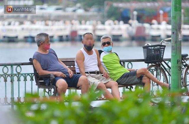 Ảnh: Bất chấp quy định, hàng trăm người dân vẫn vượt rào tập thể dục, chụp ảnh ở hồ Tây - Ảnh 18.