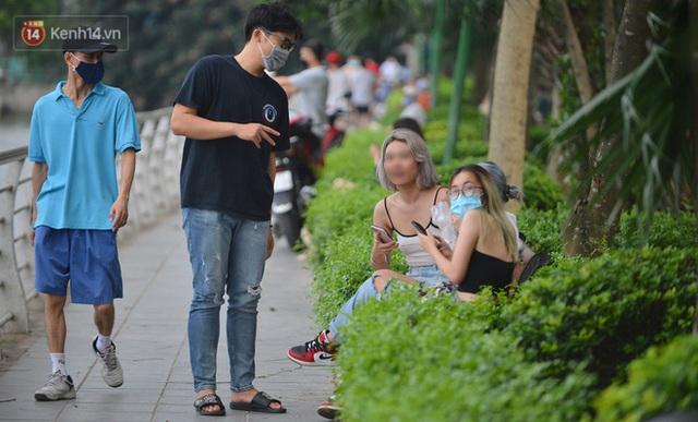 Ảnh: Bất chấp quy định, hàng trăm người dân vẫn vượt rào tập thể dục, chụp ảnh ở hồ Tây - Ảnh 20.