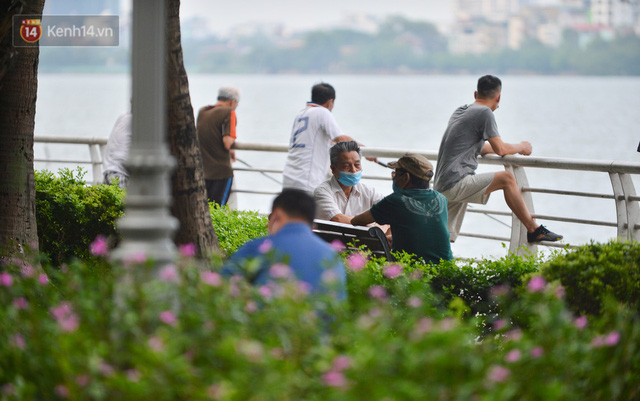 Ảnh: Bất chấp quy định, hàng trăm người dân vẫn vượt rào tập thể dục, chụp ảnh ở hồ Tây - Ảnh 3.