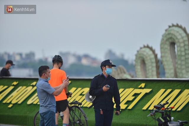 Ảnh: Bất chấp quy định, hàng trăm người dân vẫn vượt rào tập thể dục, chụp ảnh ở hồ Tây - Ảnh 9.
