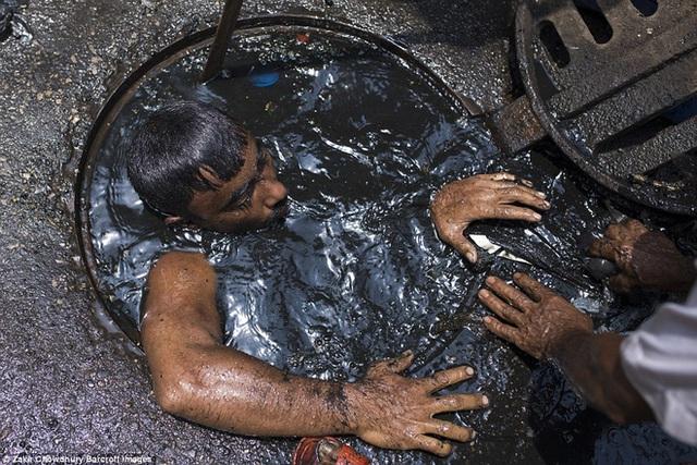 Bức ảnh hơn 600.000 like và câu chuyện ứa nước mắt về nghề bị cho là bẩn thỉu nhất thế giới: Vì miếng cơm manh áo, có chui xuống cống cũng cam lòng! - Ảnh 8.