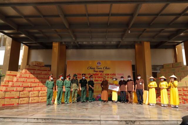 Chùa Tam Chúc trao tặng 20 tấn nhu yếu phẩm và 1 vạn khẩu trang hỗ trợ đồng bào cách ly vì dịch COVID-19 tại Hà Nam - Ảnh 1.