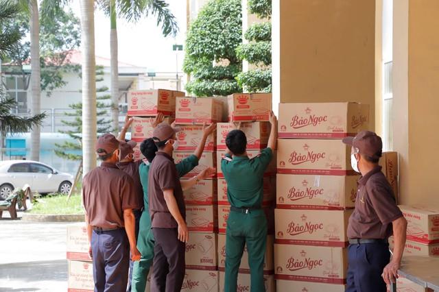 Chùa Tam Chúc trao tặng 20 tấn nhu yếu phẩm và 1 vạn khẩu trang hỗ trợ đồng bào cách ly vì dịch COVID-19 tại Hà Nam - Ảnh 3.