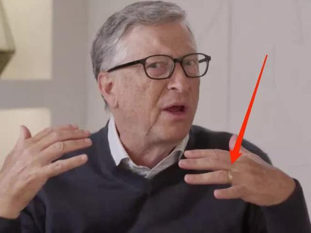 Tỉ phú Bill Gates vẫn đeo nhẫn cưới sau tuyên bố ly hôn - Ảnh 1.