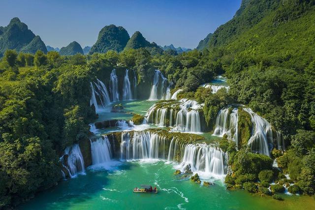 7 cung đường bộ đẹp nhất Việt Nam xuất hiện trên Tạp chí du lịch danh tiếng thế giới: Ngắm cảnh còn ngỡ lạc vào động tiên - Ảnh 3.
