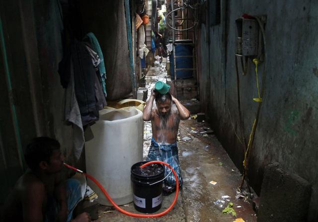 Khu ổ chuột: Bom hẹn giờ có thể bùng nổ thành ổ dịch vào bất cứ lúc nào ở Ấn Độ - Ảnh 1.