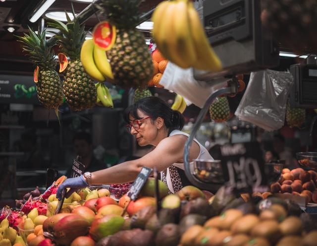 Có thể bạn chưa biết: cô bán hoa quả ở gần nhà bạn cũng đang áp dụng cả tá chiến lược tiếp thị - Ảnh 1.