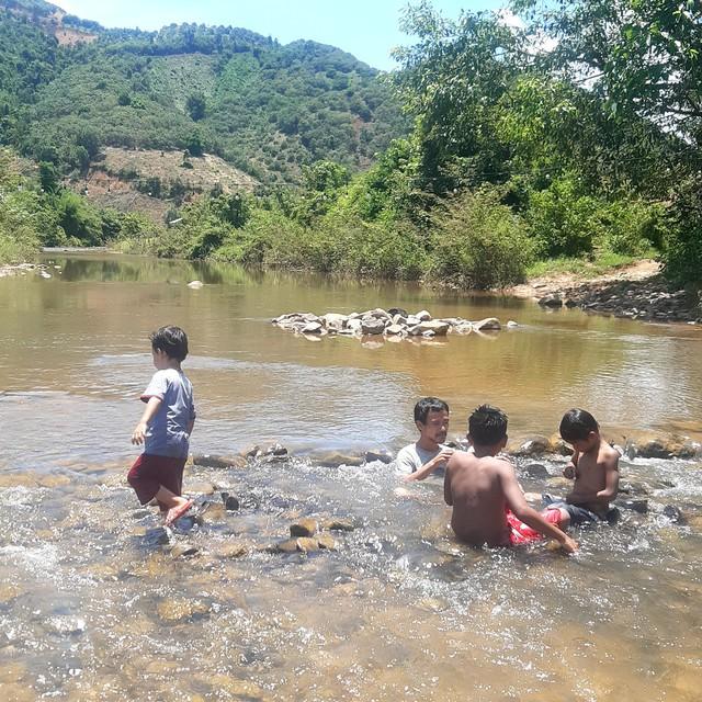 Bán hết tài sản, cặp vợ chồng Vũng Tàu đạp xe chở 2 con nhỏ đi phượt khắp Việt Nam  - Ảnh 8.