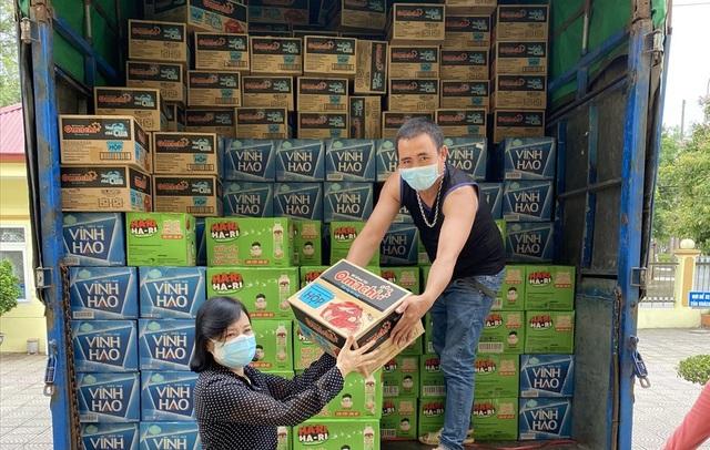 Tập đoàn Masan trao tặng hơn 12.000 thùng mỳ gói, nước yến, cà phê, xúc xích... hỗ trợ các đơn vị tuyến đầu chống dịch Covid-19 - Ảnh 1.