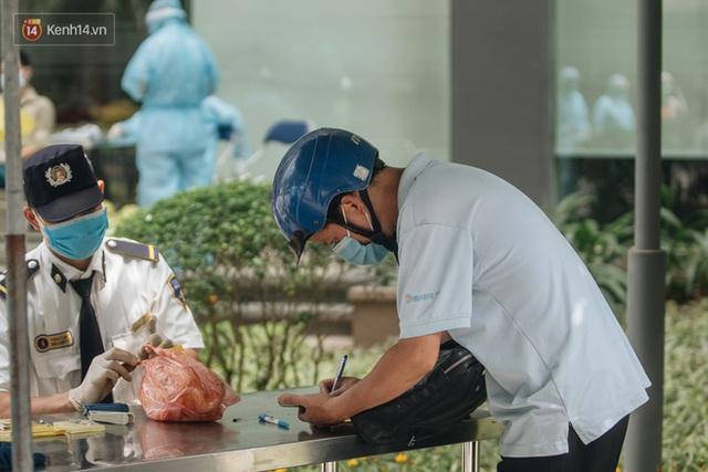 Ảnh: Cận cảnh phong tỏa, phun khử khuẩn, tiếp tế đồ ăn tại tòa chung cư ở Times City có chuyên gia Ấn Độ dương tính với SARS-CoV-2 - Ảnh 12.