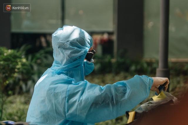 Ảnh: Cận cảnh phong tỏa, phun khử khuẩn, tiếp tế đồ ăn tại tòa chung cư ở Times City có chuyên gia Ấn Độ dương tính với SARS-CoV-2 - Ảnh 14.