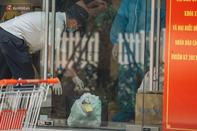Ảnh: Cận cảnh phong tỏa, phun khử khuẩn, tiếp tế đồ ăn tại tòa chung cư ở Times City có chuyên gia Ấn Độ dương tính với SARS-CoV-2 - Ảnh 17.