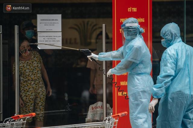 Ảnh: Cận cảnh phong tỏa, phun khử khuẩn, tiếp tế đồ ăn tại tòa chung cư ở Times City có chuyên gia Ấn Độ dương tính với SARS-CoV-2 - Ảnh 5.
