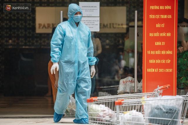 Ảnh: Cận cảnh phong tỏa, phun khử khuẩn, tiếp tế đồ ăn tại tòa chung cư ở Times City có chuyên gia Ấn Độ dương tính với SARS-CoV-2 - Ảnh 7.