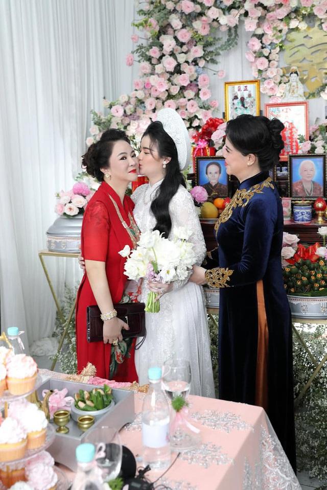 Giữa lùm xùm với showbiz Việt, vợ chồng đại gia Dũng lò vôi xuất hiện rạng rỡ trong đám hỏi con trai bà Phương Hằng - Ảnh 5.