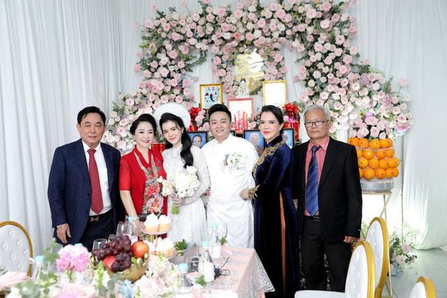 Giữa lùm xùm với showbiz Việt, vợ chồng đại gia Dũng lò vôi xuất hiện rạng rỡ trong đám hỏi con trai bà Phương Hằng - Ảnh 4.